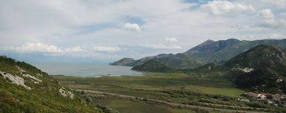 Opinión del panorama sobre el lago en montañas fotografía de archivo libre de regalías
