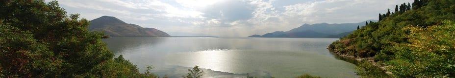 Opinión del panorama sobre el lago en Montenegro fotos de archivo libres de regalías