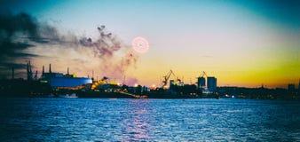 Opinión del panorama del vintage del puerto del fuego artificial de Hamburgo Alemania foto de archivo