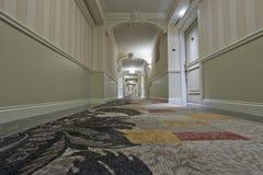Opinión del pasillo del hotel de la perspectiva Fotografía de archivo