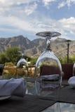 Opinión del patio con las montañas y el cielo Foto de archivo libre de regalías