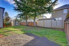 Opinión del patio trasero con una vertiente en un día soleado brillante foto de archivo