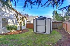 Opinión del patio trasero con una vertiente en un día soleado brillante imagen de archivo libre de regalías
