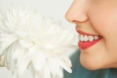 Opinión del perfil la mujer con la flor fotografía de archivo