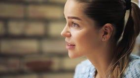 Opinión del perfil la mujer hermosa que escucha un interlocutor en un café almacen de video