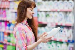 Opinión del perfil la mujer que elige el detergente Fotos de archivo