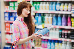 Opinión del perfil la mujer que elige el detergente Fotos de archivo libres de regalías
