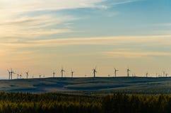 Opinión del prado con el windill moderno en el otoño en la puesta del sol Imagenes de archivo