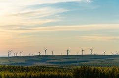 Opinión del prado con el windill moderno en el otoño en la puesta del sol Imagen de archivo libre de regalías