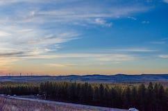 Opinión del prado con el windill moderno en el otoño en la puesta del sol Foto de archivo libre de regalías