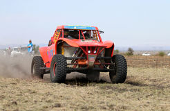 Opinión del primer de cuarenta y cinco grados de apresurar el coche de la reunión del palo anaranjado Foto de archivo libre de regalías