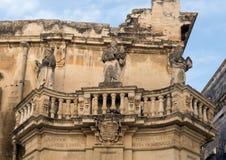 Opinión del primer de 3 estatuas del santo en un balcón en la entrada a la plaza del Duomo, Lecce fotografía de archivo
