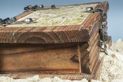 Opinión del primer de la caja de madera con un mapa en la arena de la playa Fotografía de archivo libre de regalías
