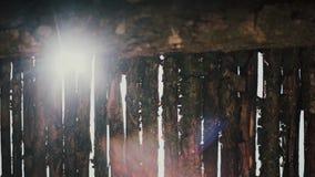 Opinión del primer de la cerca de madera afuera Sol de la mañana que brilla a través del espacio de abertura metrajes
