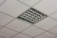 Opinión del primer de la lámpara del techo de la oficina Imagenes de archivo
