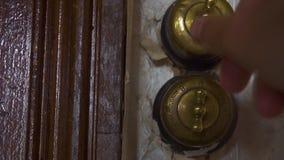 Opinión del primer de la mano del hombre que da vuelta al viejo interruptor por intervalos en un plano viejo del siglo XVIII en S almacen de metraje de vídeo