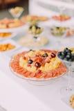 Opinión del primer de la placa por completo de la carne, del queso y de las aceitunas Sistema de la tabla de la boda Foto de archivo