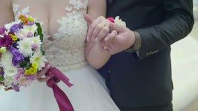 Opinión del primer de las manos casadas de la explotación agrícola de los pares Vídeo al aire libre de la boda de novia y del nov metrajes