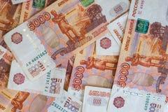 Opinión del primer de las rublos rusas Cinco mil billetes de banco Concepto de las finanzas y del negocio fotos de archivo