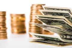 opinión del primer de los billetes de banco del dólar y de las monedas de oro stock de ilustración