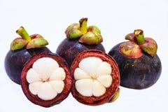 Opinión del primer de los mangostanes de la fruta tropical en el fondo blanco Imagen de archivo