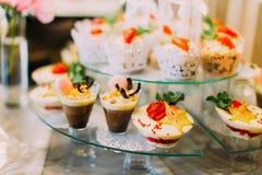 Opinión del primer de los postres deliciosos de la boda con el chocolate y las frutas Imagen de archivo