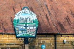 Opinión del primer de los posts de muestra del pueblo de Dallington Northampton Reino Unido foto de archivo