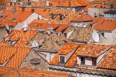 Opinión del primer de los tejados de la terracota en ciudad vieja del ` s de Dubrovnik Imagen de archivo libre de regalías