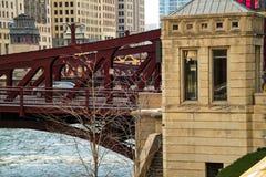 Opinión del primer de un coche que pasa sobre un puente de Chicago que atraviesa el río Chicago congelado imagenes de archivo