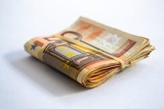 Opini?n del primer de un paquete de doblado 50 billetes de banco del euro imagen de archivo
