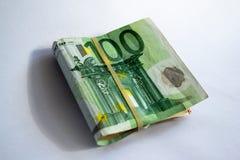 Opini?n del primer de un paquete de doblado 100 billetes de banco del euro imagen de archivo libre de regalías