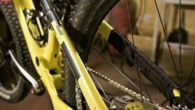 Opinión del primer de una bici de montaña en un soporte de mantenimiento en un taller de la bicicleta metrajes