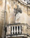 Opinión del primer de una de 3 estatuas del santo en un balcón en la entrada a la plaza del Duomo, Lecce fotos de archivo