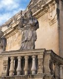 Opinión del primer de una de 3 estatuas del santo en un balcón en la entrada a la plaza del Duomo, Lecce imagen de archivo