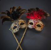 Opinión del primer de viejas máscaras coloridas de teatro en fondo gris oscuro Imagen de archivo libre de regalías