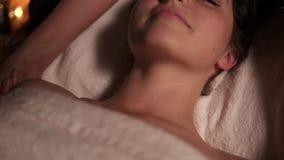 Opinión del primer del cuello y de los hombros del ` s de la mujer que tienen masaje tailandés en balneario por atención sanitari metrajes