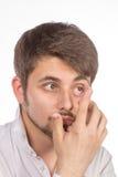 Opinión del primer del ojo marrón de un hombre mientras que inserta una c correctiva foto de archivo libre de regalías
