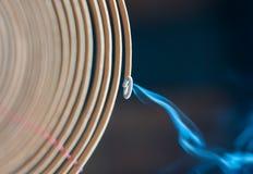Palillo espiral ardiente del incienso en templo. foto de archivo