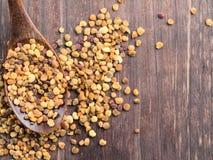 Opinión del primer del polen de la abeja en cuchara de madera en la tabla de madera marrón Imágenes de archivo libres de regalías