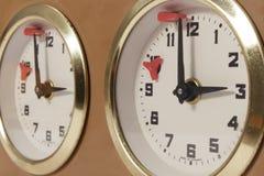 Opinión del primer del reloj del ajedrez que marca el límite de la Hora final Imagenes de archivo