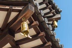 Opinión del primer del tejado japonés de la pagoda Fotografía de archivo
