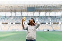Opinión del primer el adolescente alegre hermoso que toma el selfie en el estadio Fotos de archivo