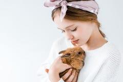 Opinión del primer el niño lindo que sostiene el conejo peludo adorable Imagenes de archivo