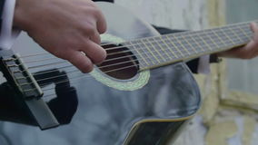 Opinión del primer el novio que toca la guitarra almacen de metraje de vídeo