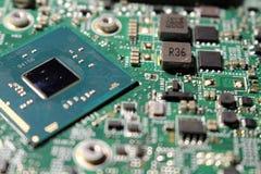 Opinión del primer en la placa madre y los componentes del ordenador portátil imagenes de archivo