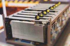 Opinión del primer del equipo para la granja de la explotación minera del cryptocurrency del bitcoin, dispositivos electrónicos c fotos de archivo libres de regalías