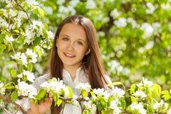 Opinión del primer la muchacha del adolescente con las flores blancas Imágenes de archivo libres de regalías