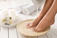 Opini?n del primer del plato de relleno de la mujer con agua para el ba?o del pie Balneario - 7 imagen de archivo