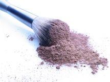 Opinión del primer del polvo y del cepillo del maquillaje Foto de archivo