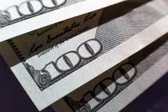 Opinión del primer sobre cientos billetes de dólar Opinión macra sobre cientos billetes de banco del dólar fotografía de archivo libre de regalías